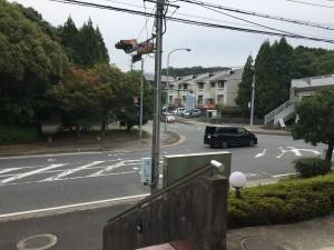 第1ビル 玄関からの県道風景